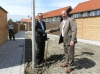 Wethouder Van Tilborg (rechts) en Bert van der Ent, adjunct-directeur HW wonen zetten de eerste duurzame lantaarnpaal op zijn plaats. - Foto: Arie Pieters