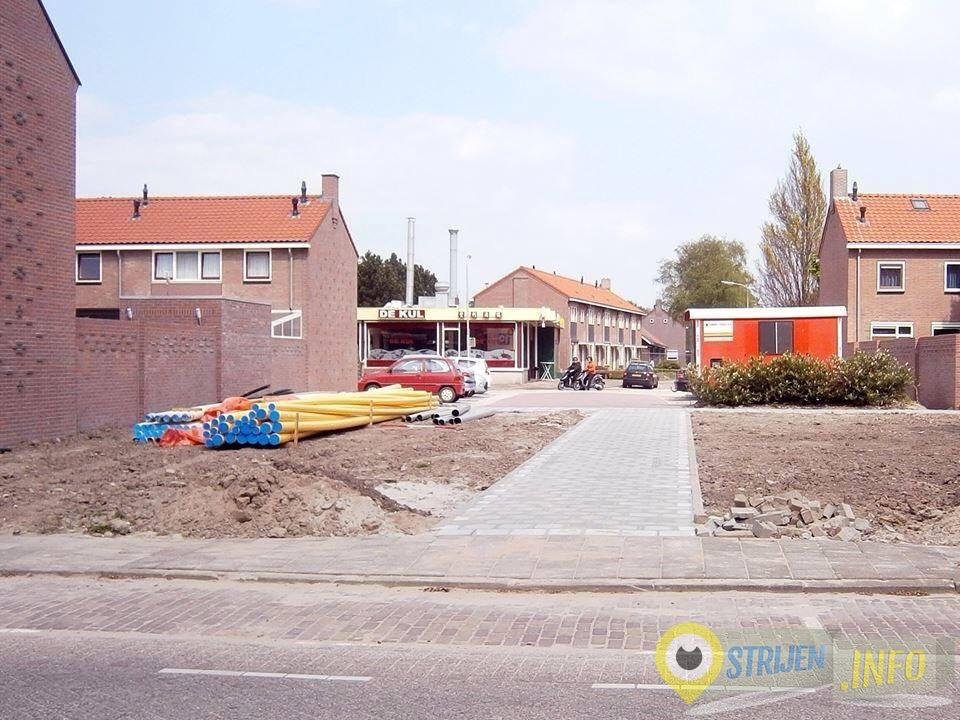 Strijen wordt steeds fraaier. - Voetpad tussen Juliana- en Bernhardstraat klaar. Foto Leen Monster