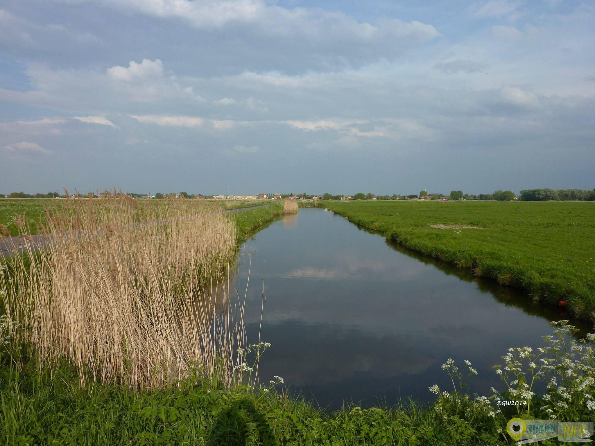 Een mooie overzichtsfoto van de Waleweg in Strijen gemaakt door GW Notenboom