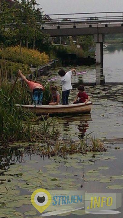 De kinderen zijn het drijfvuil uit de haven aan het vissen! Van kerstballen tot emmers! Foto Peter van 't Wout