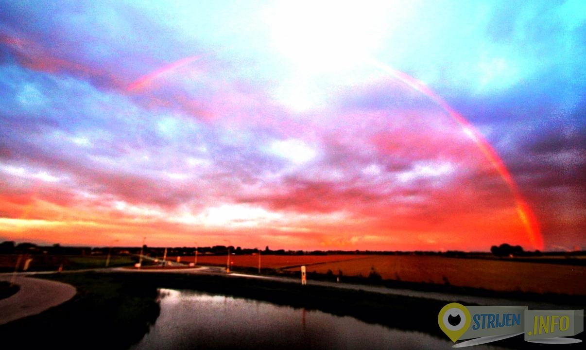 Best bijzonder, kleurrijke luchten door zonsondergang en een regenboog tegelijkertijd. - Foto Ferry Krauweel