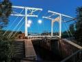 De brug in Strijensas tijdens blue hour en met volle maan dinsdag avond 13 mei - Foto Jeffrey Groeneweg