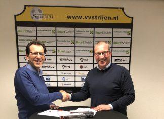 Arie Troost en Dick de Heus schudden elkaar de hand na het zetten van de handtekeningen.